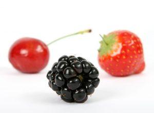 Als gesunde Snacks eignet sich auch kalorienarmes Obst wie Beeren.