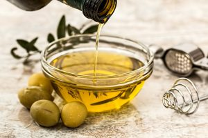 Gesunde Fette und Öle wie Olivenöl sind wichtig für eine gesunde Ernährung.