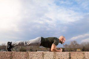 Neben der richtigen Ernährung helfen auch einfache Übungen wie Planks (Planke) dabei den Körper fit zu halten.