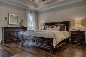 Bei Einschlafstörungen sollte das Schlafzimmer einladen und möglichst dunkel gehalten werden.