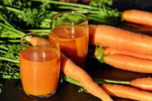 Beim Saftfasten ernährt man sich ausschließlich von Säften aus Gemüse und Obst wie Karottensaft.