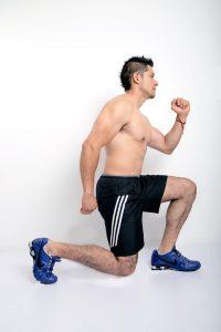 Verbundübungen wie Lunges helfen dabei effektiv zu trainieren.