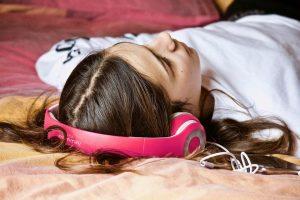 Entspannende Musik, Hörbücher, Einschlafhilfen, Naturgeräusche etc. können beim Schlafstörungen helfen.