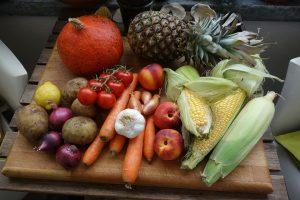 Ballaststoffe aus frischem Gemüse und Obst sind wichtig beim Abnehmen.