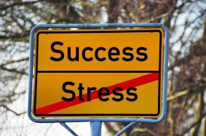 Die richtige Ernährung kann gegen Burnout helfen, sowie das Meiden und der richtige Umgang mit Stress.