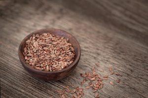Lebensmittel wie Leinsamen können bei Reizdarm helfen.