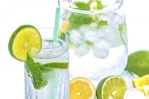 Neben kalorienarmen Essen sollte man bei einer Diät ausreichend Wasser trinken.