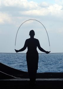 Seilspringen ist ein gutes Faszientraining durch die hüpfende und federnde Bewegung.