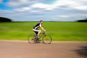Radfahren ermöglicht ebenfalls gelenk schonendes Ausdauertraining.