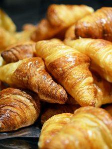 Gesunde Ernährungsalternativen, Produkte aus weißem Mehl und mit viel Fett, Butter wie in Croissants werden gemieden.