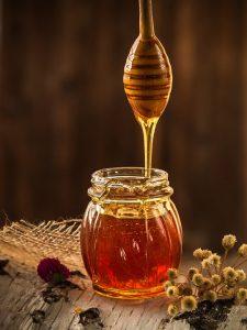 Neben Honig gibt es noch viele andere Zuckeralternativen in natürlicher oder künstlicher Form.