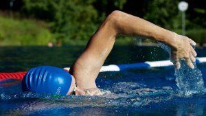 Schwimmen ist gelenk schonend und eignet sich gut als Ausdauersport.