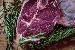 Gräuliches Fleisch sollte man entsorgen.