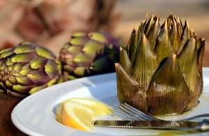 Eine Ernährung mit Bitterstoffen, bitterem Obst und Gemüse, wie der Artischocke kann bei Pilzbefall im Darm helfen.