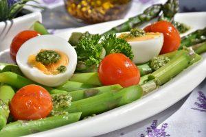 Die Ernährung sieht viel Proteine vor und in der ersten Phase viel Gemüse sowie kaum Fette und Kohlenhydrate.
