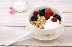 Die Haferflocken sollten mit anderen Lebensmitteln wie Milch, Quark und Obst, Beeren, Nüssen etc. kombiniert werden.