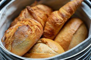 Bei der Diät verzichtet man massiv auf Kohlenhydrate, Weißmehlprodukte wie Croissants oder Brötchen, auf Englisch rolls sind tabu.