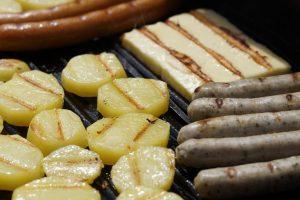 Es muss nicht immer Fleisch sein auf dem Grill, auch Grillkäse und Gemüse sind leckere Alternativen.