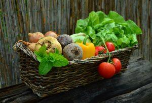 Salate, frisches Gemüse und Obst helfen bei der Volumetrics-Diät satt zu werden mit möglichst wenig Kalorien.